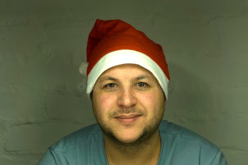 Άγιος Βασίλης που δείχνει στο άσπρο κενό σημάδι με το χαμόγελο, στο άσπρο υπόβαθρο στοκ φωτογραφία με δικαίωμα ελεύθερης χρήσης