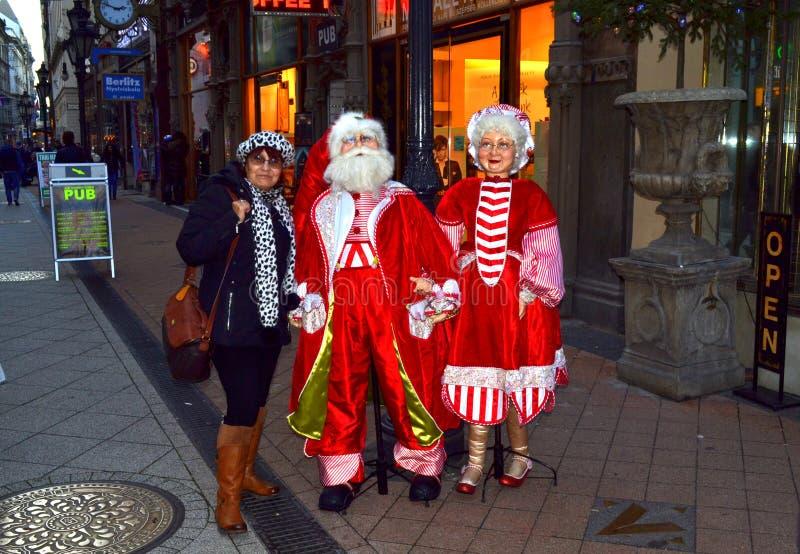 Άγιος Βασίλης θηλυκός τουρίστας Βουδαπέστη κας Claus στοκ φωτογραφία