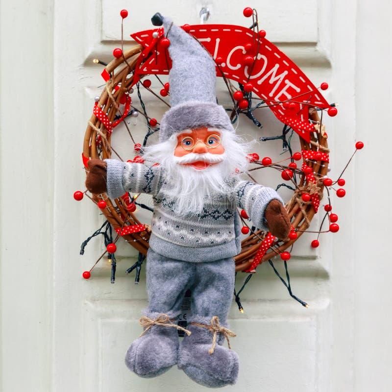 Άγιος Βασίλης και στεφάνι εμφάνισης στο Μπρυζ, Βέλγιο στοκ εικόνες