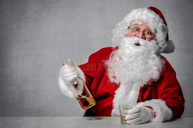 Άγιος Βασίλης με ένα μπουκάλι του ουίσκυ στοκ φωτογραφίες