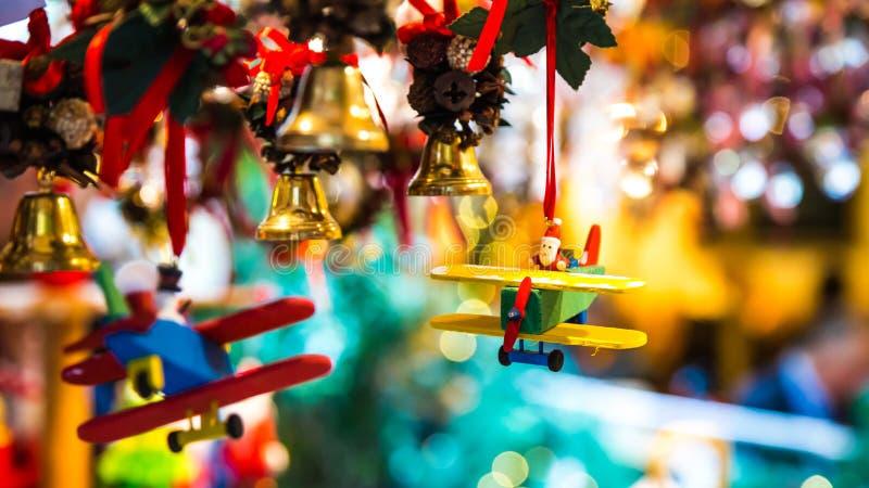 Άγιος Βασίλης οδηγά ένα αεροπλάνο για τα Χριστούγεννα στοκ φωτογραφία