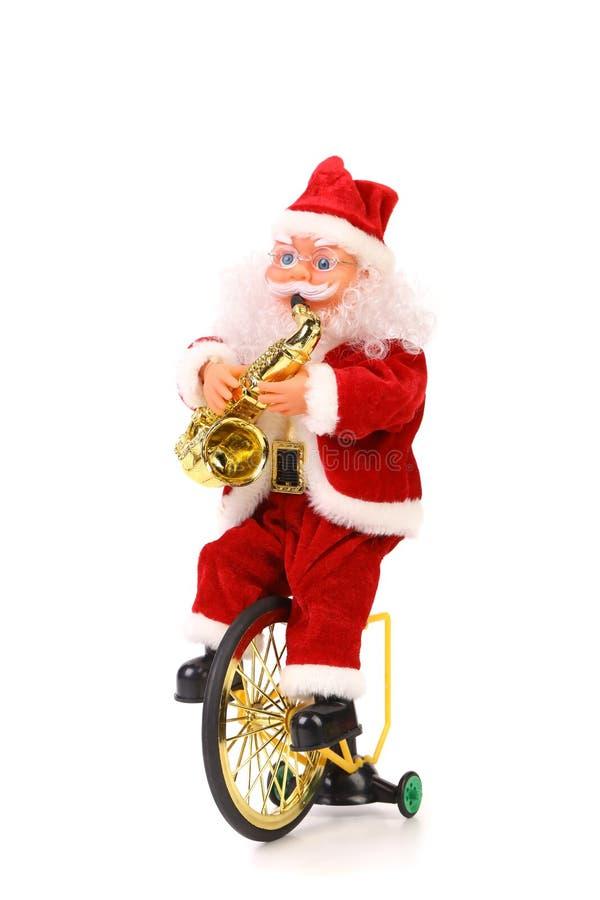 Άγιος Βασίλης παίζει το saxophone στο ποδήλατο στοκ φωτογραφία με δικαίωμα ελεύθερης χρήσης