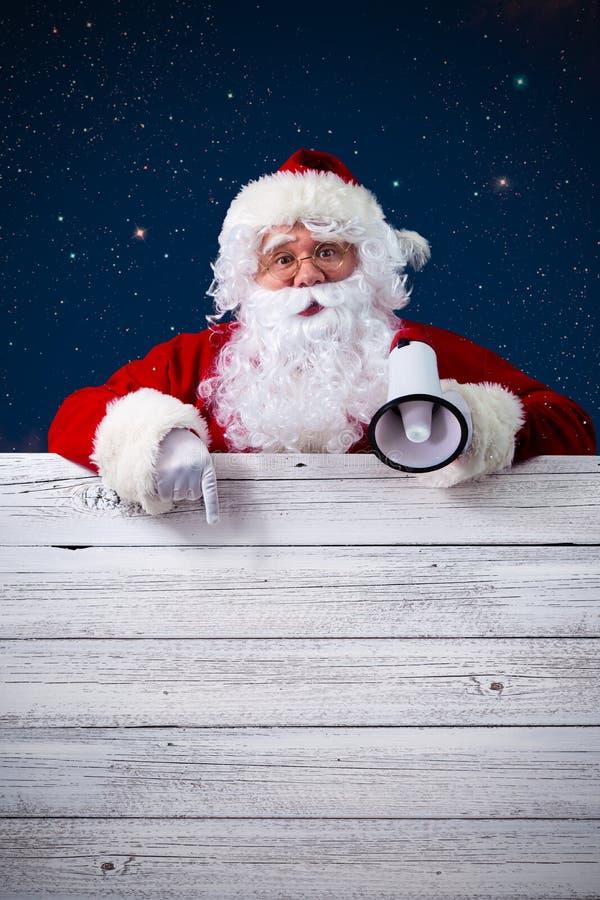 Άγιος Βασίλης που δείχνει στο κενό σημάδι στοκ φωτογραφίες