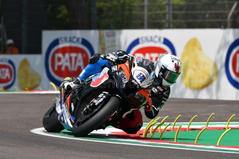 Άγιος Μαρίνος Ιταλία - 11 Μαΐου 2018: Συναγωνιμένος ομάδα του Leon Haslam ΜΒ Kawasaki zx-10RR Kawasaki Puccetti, στη δράση κατά τ στοκ εικόνες