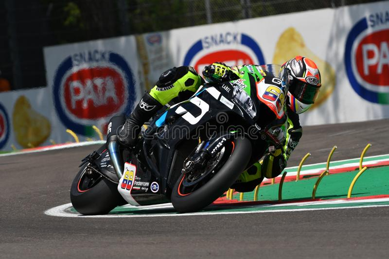 Άγιος Μαρίνος Ιταλία - 11 Μαΐου 2018: Yonny Hernandez ο ΣΥΝΤΑΓΜΑΤΑΡΧΗΣ συναγωνιμένος ομάδα Pedercini ομάδας Kawasaki zx-10RR, στη στοκ φωτογραφίες