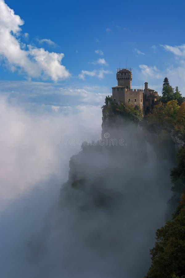 Άγιος Μαρίνος, Ιταλία Δεύτερος πύργος: το Cesta ή το Fratta στοκ εικόνες