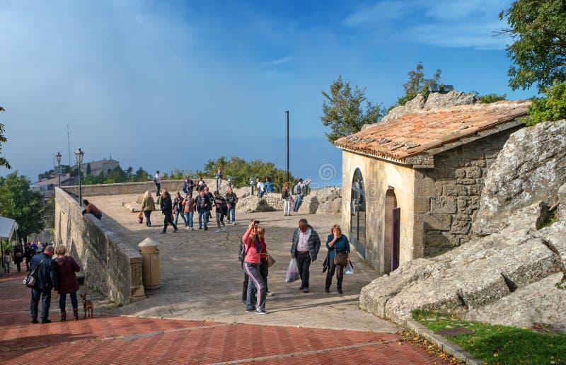 Άγιος Μαρίνος, Ιταλία - 15 Οκτωβρίου 2016: Η γέφυρα παρατήρησης μεταξύ των δύο φρουρίων στοκ φωτογραφία
