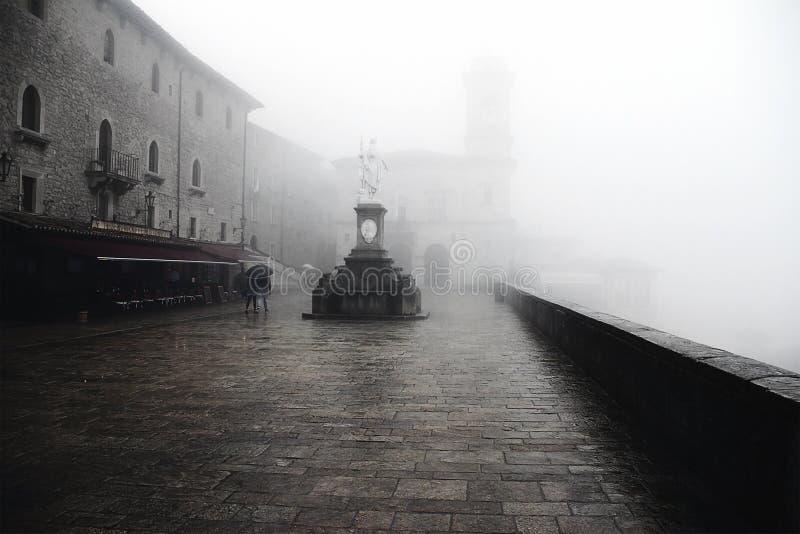 Άγιος Μαρίνος στην ομίχλη στοκ εικόνα