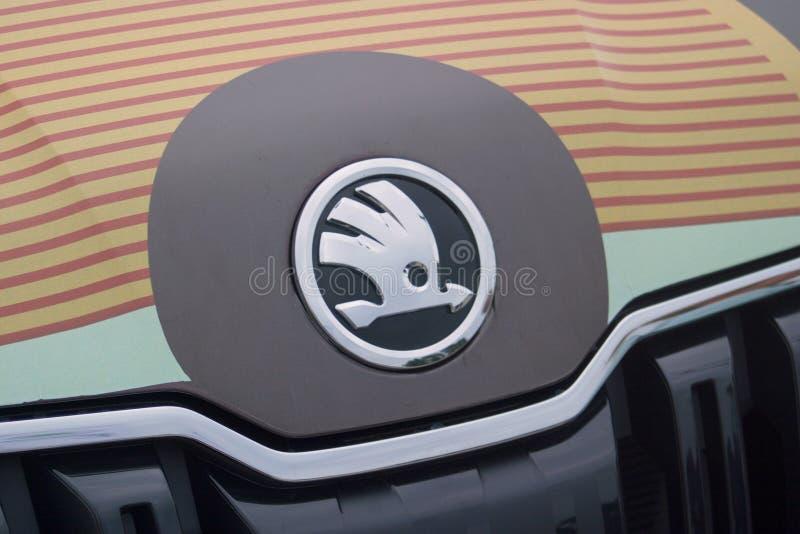Άγιος Πετρούπολη, Ρωσία - 25 Αυγούστου 2018: Αυτοκινητοβιομηχανία Skoda λογότυπων στην κουκούλα του πρότυπου Kodiaq 2 στοκ φωτογραφία