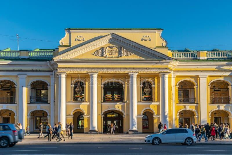 Άγιος Πετρούπολη, Ρωσία - 30 Μαΐου 2019: Η μεγάλη πρόσοψη Gostiny Dvor με την είσοδο στοκ φωτογραφία με δικαίωμα ελεύθερης χρήσης