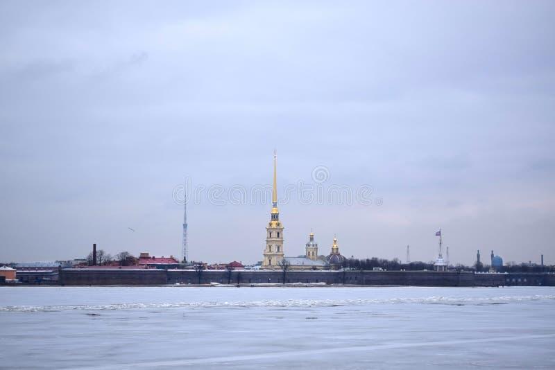 Άγιος Πετρούπολη, Ρωσία - 17 Μαρτίου 2019: Η άποψη του φρουρίου του Peter και του Paul και του παγωμένου ποταμού Neva από το ανάχ στοκ φωτογραφίες