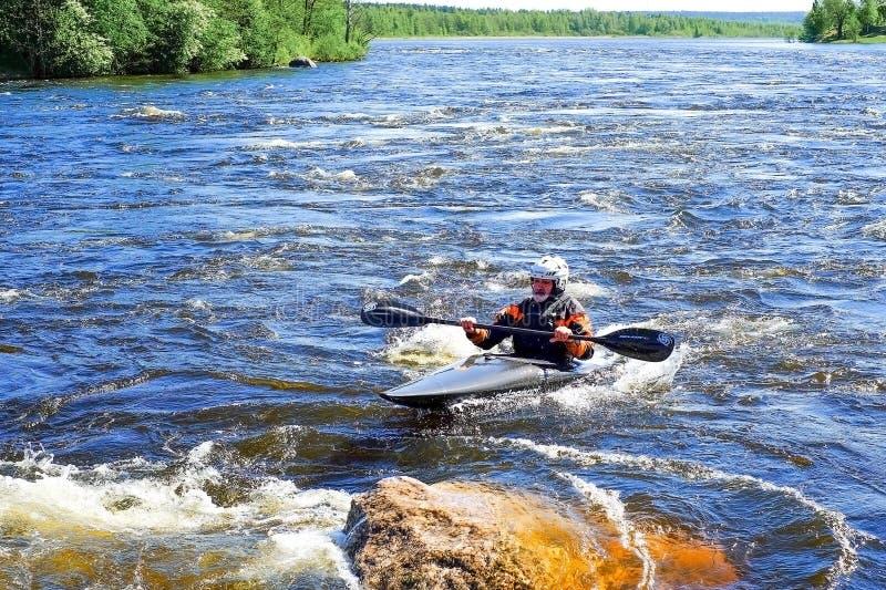Άγιος-Πετρούπολη Ρωσία 05 19 2018 Kayaker σε μια βάρκα στον ποταμό VUOKSA στοκ εικόνες