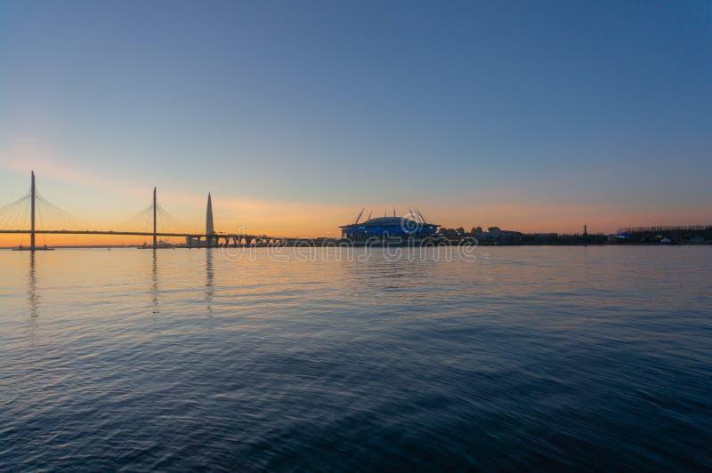 Άγιος-Πετρούπολη, Wiews στον κόλπο που φωτίζεται από τα πολύχρωμα φω'τα τη νύχτα στοκ φωτογραφίες με δικαίωμα ελεύθερης χρήσης