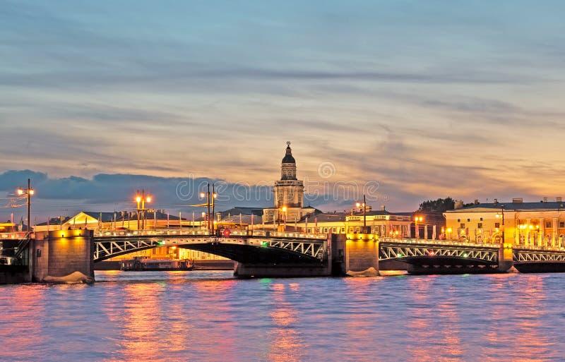 Άγιος-Πετρούπολη Ρωσία Άποψη νύχτας με τη γέφυρα παλατιών πέρα από τον ποταμό Neva στοκ φωτογραφίες