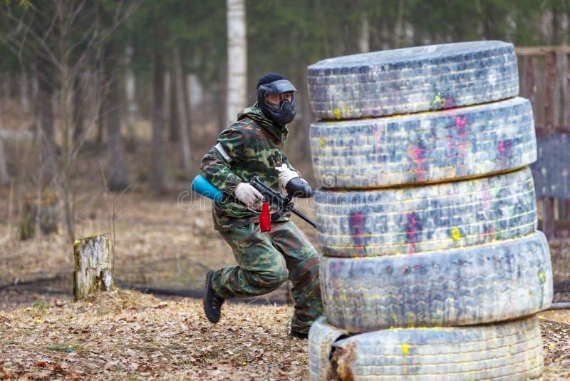 Άγιος-Πετρούπολη, Ρωσία - 10 Απριλίου 2016: Πρωταθλήματα σπουδαστών Paintball του πανεπιστημίου Bonch Bruevich στη λέσχη Snaker στοκ εικόνα με δικαίωμα ελεύθερης χρήσης