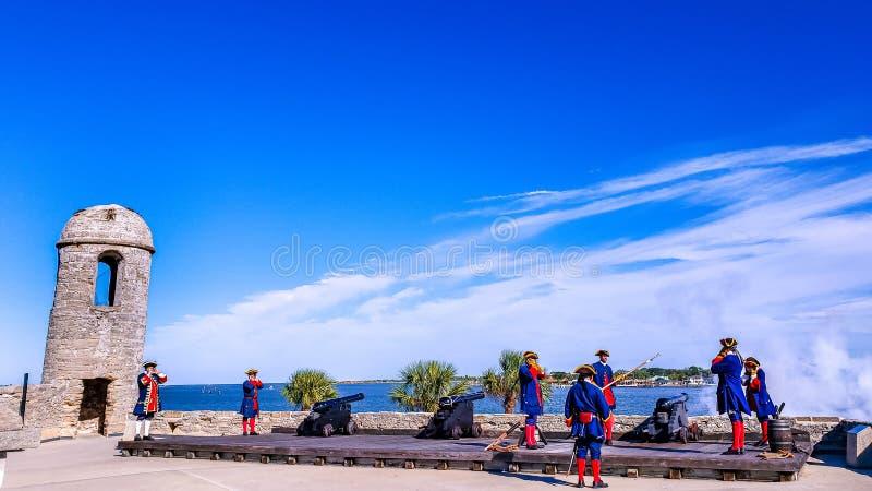 Άγιος Augustine, Φλώριδα, το ενωμένο κράτος - 3 Νοεμβρίου 2018: Οι στρατιώτες στα παραδοσιακά ισπανικά υφάσματα παρουσιάζουν στο  στοκ εικόνες