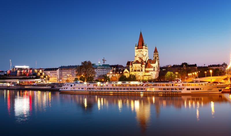 Άγιος Francis της εκκλησίας Assisi σε Δούναβη στη Βιέννη, Αυστρία τη νύχτα στοκ εικόνα με δικαίωμα ελεύθερης χρήσης