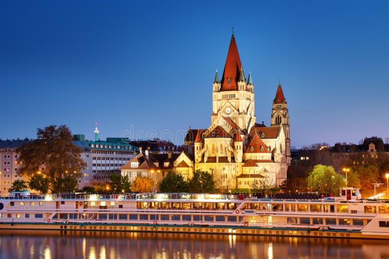 Άγιος Francis της εκκλησίας Assisi σε Δούναβη στη Βιέννη, Αυστρία τη νύχτα στοκ φωτογραφία με δικαίωμα ελεύθερης χρήσης