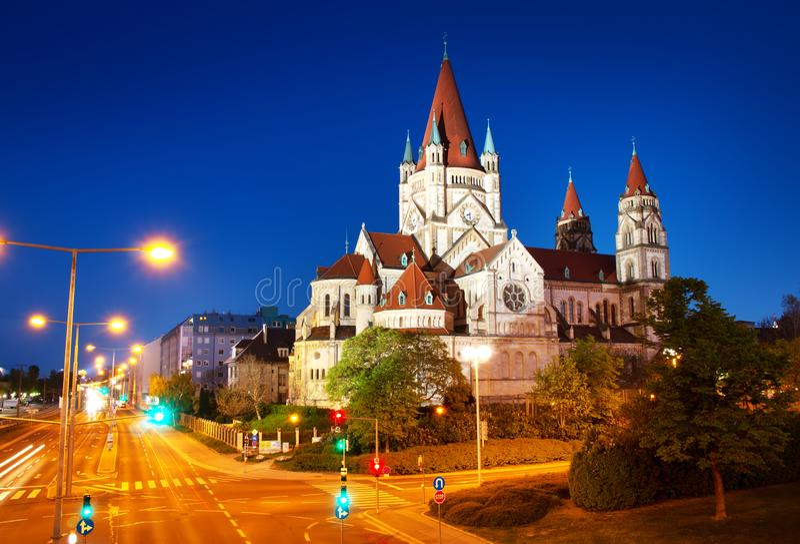 Άγιος Francis της εκκλησίας Assisi σε Δούναβη στη Βιέννη, Αυστρία τη νύχτα στοκ φωτογραφία