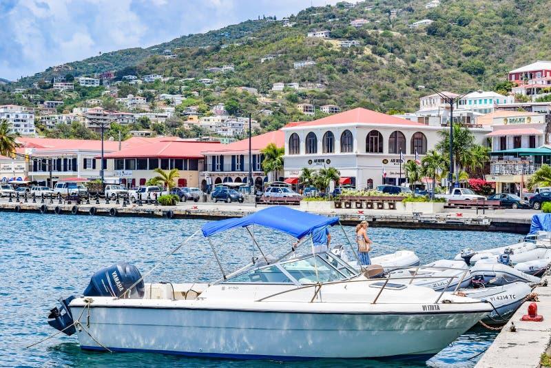 Άγιος Thomas, αμερικανικοί Παρθένοι Νήσοι - 1 Απριλίου 2014: Βάρκες που ελλιμενίζονται από την ακτή σε στο κέντρο της πόλης Άγιο  στοκ εικόνα
