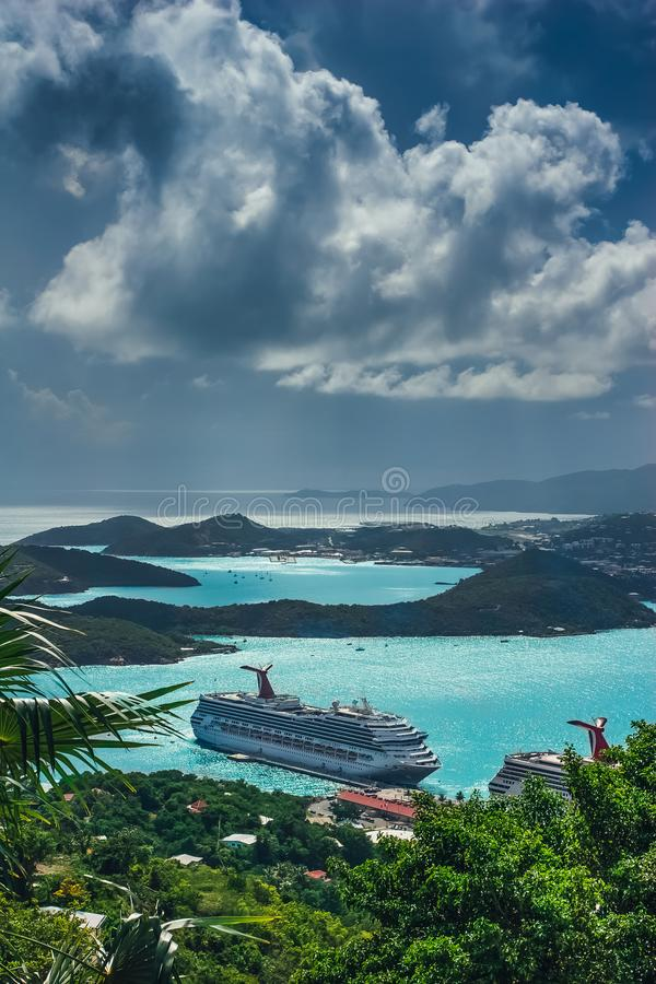 Άγιος Thomas/αμερικανικοί Παρθένοι Νήσοι - 31 Οκτωβρίου 2007: Εναέρια άποψη του λιμένα του Σαρλόττα Amalie με τα κρουαζιερόπλοια  στοκ φωτογραφία