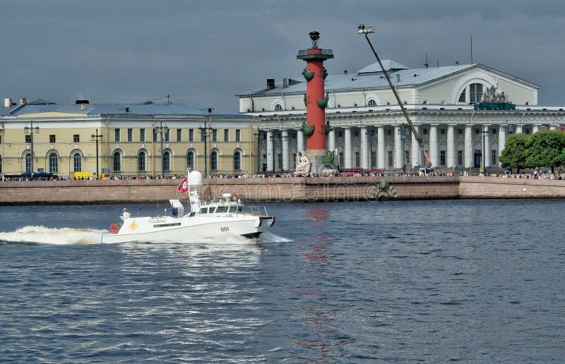 ΆΓΙΟΣ-ΠΕΤΡΟΥΠΟΛΗ, ΡΩΣΙΑ - 20 ΙΟΥΛΊΟΥ 2017: Λευκός διοικητής βαρκών της παρέλασης Η ναυτική παρέλαση στη Αγία Πετρούπολη στοκ εικόνα