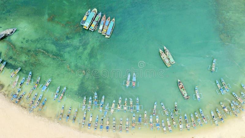 Άγκυρα βαρκών ψαράδων στην παραλία Ujung Genteng στοκ φωτογραφίες