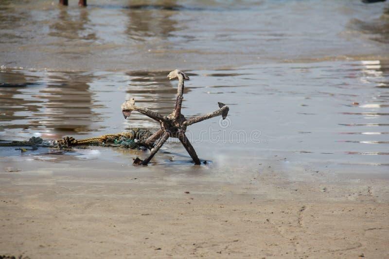 Άγκυρα στην ακτή στοκ φωτογραφίες με δικαίωμα ελεύθερης χρήσης