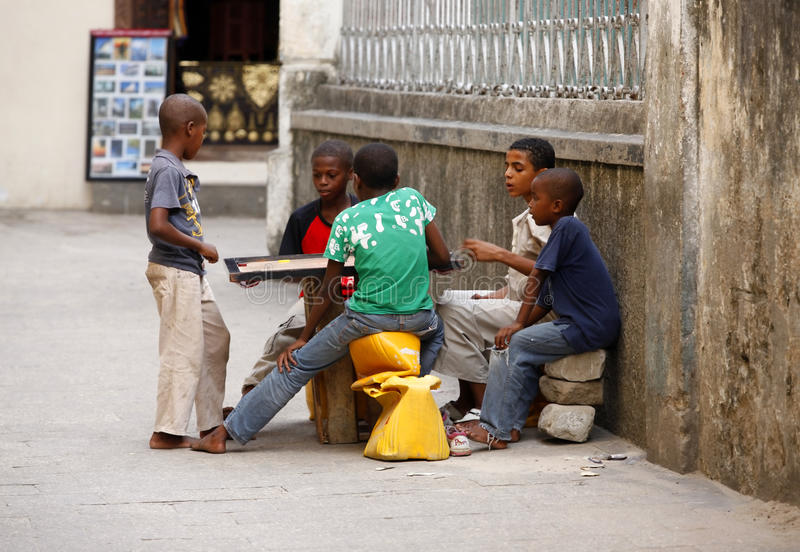 Άγνωστα μελαχροινά ξεφλουδισμένα παιδιά στοκ εικόνα με δικαίωμα ελεύθερης χρήσης