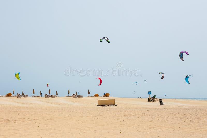 Άγνωστα kitesurfers σε μια παραλία σε Corralejo, Fuerteventura, Κανάρια νησιά, Ισπανία στοκ εικόνες