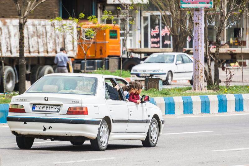 Άγνωστη πόλη, Ιράν - 12 Μαΐου 2017 Παιδιά που ταξιδεύουν επικίνδυνα στο αυτοκίνητο στοκ εικόνες με δικαίωμα ελεύθερης χρήσης