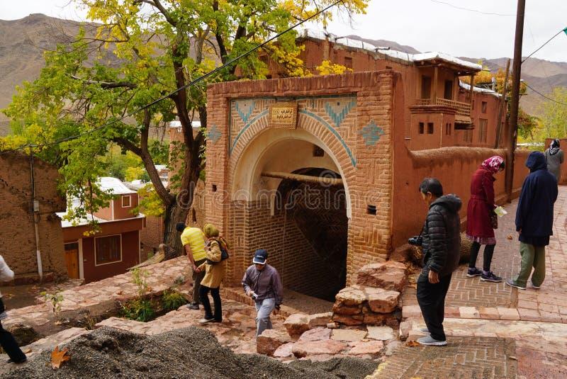 Άγνωστοι τουρίστες που επισκέπτονται τη δεξαμενή Nare σε Abyaneh, Ιράν στοκ εικόνα