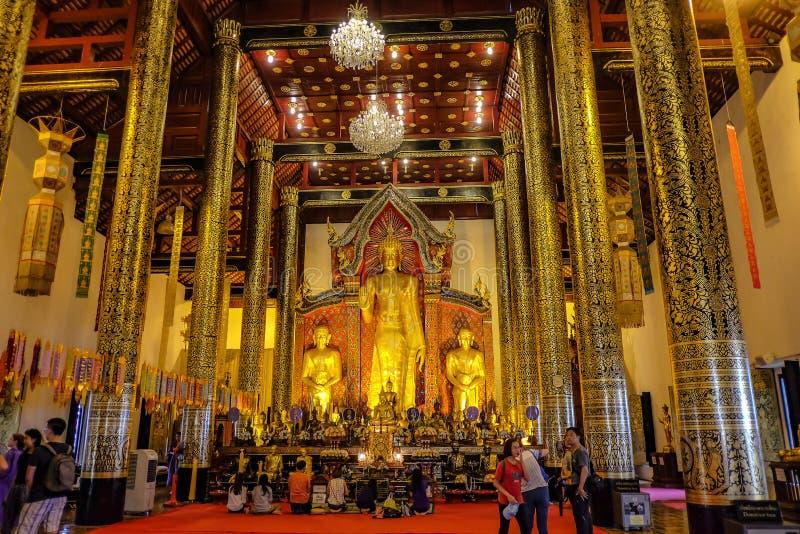 Άγνωστοι τουρίστες στο ναό Wat Chedi luang στο Chiang mai City Ταϊλάνδη στοκ φωτογραφία