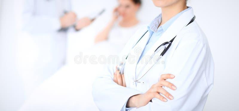 Άγνωστος θηλυκός γιατρός με το ιατρικό προσωπικό στο νοσοκομείο Κινηματογράφηση σε πρώτο πλάνο του στηθοσκοπίου στοκ φωτογραφία με δικαίωμα ελεύθερης χρήσης