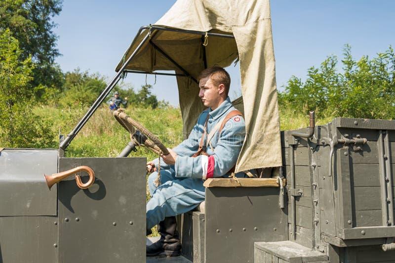 Άγνωστος οδηγός στην καμπίνα ενός αναδρομικού φορτηγού στοκ εικόνα με δικαίωμα ελεύθερης χρήσης