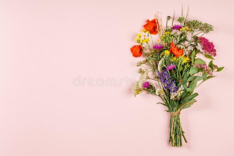 Άγρια ανθοδέσμη λουλουδιών στο υπόβαθρο χρώματος κρητιδογραφιών στοκ φωτογραφίες