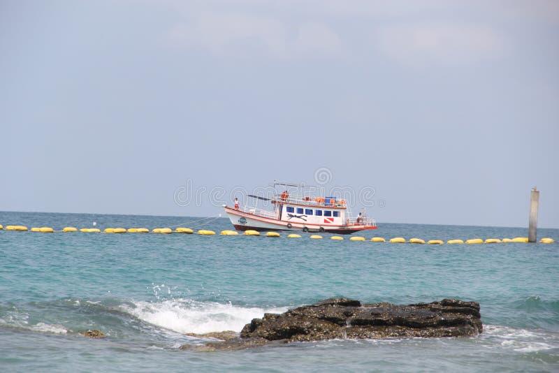 Άγρια εγκαταλειμμένη παραλία στο νησί στοκ εικόνες