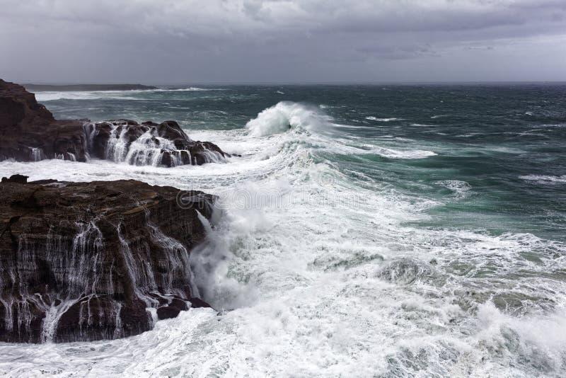 Άγρια θάλασσα στη δύσκολη ακτή στοκ εικόνα με δικαίωμα ελεύθερης χρήσης
