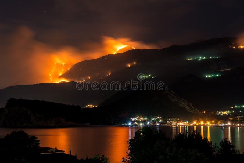 Άγρια πυρκαγιά που καίγεται στους λόφους επάνω από την πόλη θάλασσας στοκ φωτογραφία με δικαίωμα ελεύθερης χρήσης