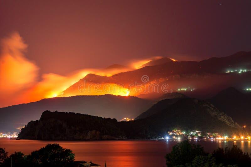 Άγρια πυρκαγιά που καίγεται στους λόφους επάνω από την πόλη θάλασσας στοκ εικόνα με δικαίωμα ελεύθερης χρήσης