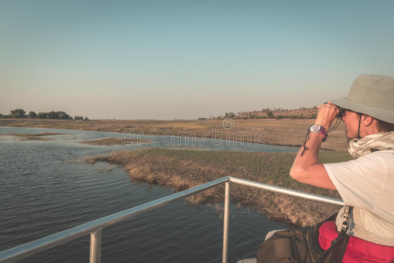 Άγρια φύση προσοχής τουριστών από διοφθαλμικό ενώ στην κρουαζιέρα βαρκών στον ποταμό Chobe, σύνορα της Ναμίμπια Μποτσουάνα, Αφρικ στοκ φωτογραφίες