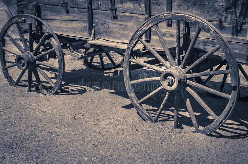 Άγριες ξύλινες ρόδες δυτικών παλαιές βαγονιών εμπορευμάτων στοκ εικόνα με δικαίωμα ελεύθερης χρήσης