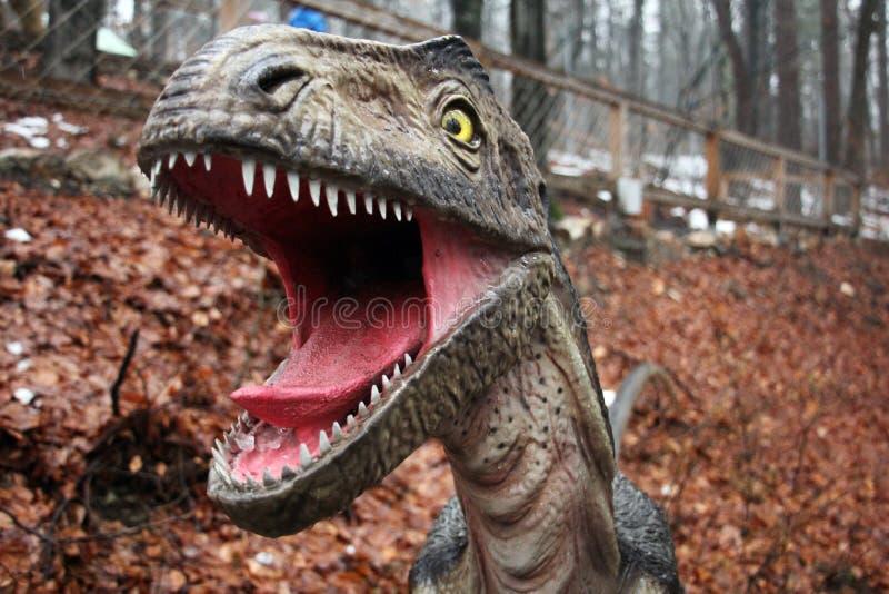 Άγριος δεινόσαυρος με το ανοικτό στόμα και τα μακριά δόντια στοκ φωτογραφία με δικαίωμα ελεύθερης χρήσης