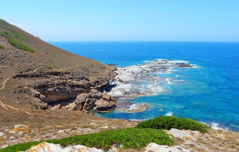 Άγριος δύσκολος απότομος βράχος στην ακτή της δυτικής Σαρδηνίας, dei Corsari Torre στοκ εικόνες
