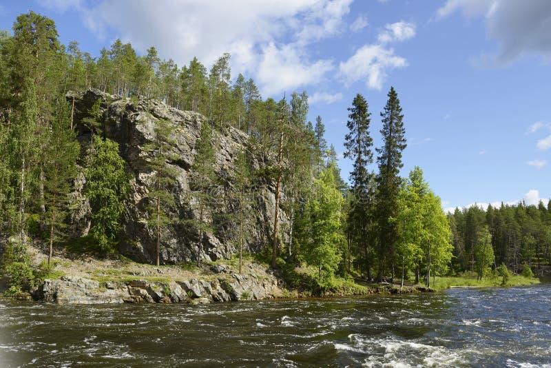 Άγριος ποταμός με τις δύσκολες ακτές στοκ φωτογραφίες με δικαίωμα ελεύθερης χρήσης