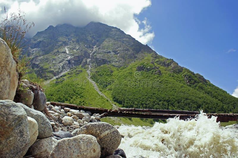 Άγριο τοπίο βουνών με το ισχυρό ρεύμα στοκ εικόνες