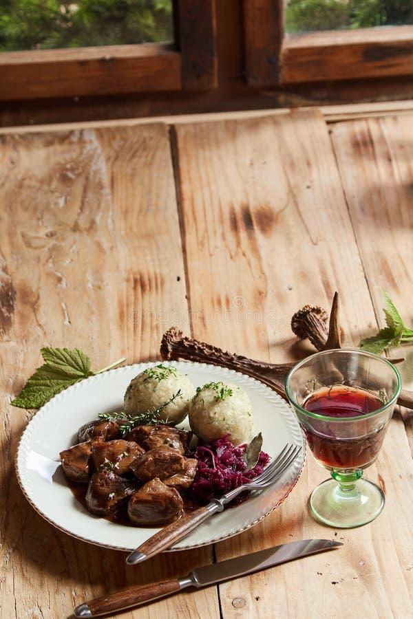Άγριο venison goulash σε έναν πλούσιο ζωμό στοκ φωτογραφία
