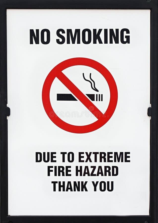 Άγρυπνο, ακραίο σημάδι πινάκων κινδύνου πυρκαγιάς απαγόρευσης του καπνίσματος στοκ φωτογραφίες με δικαίωμα ελεύθερης χρήσης