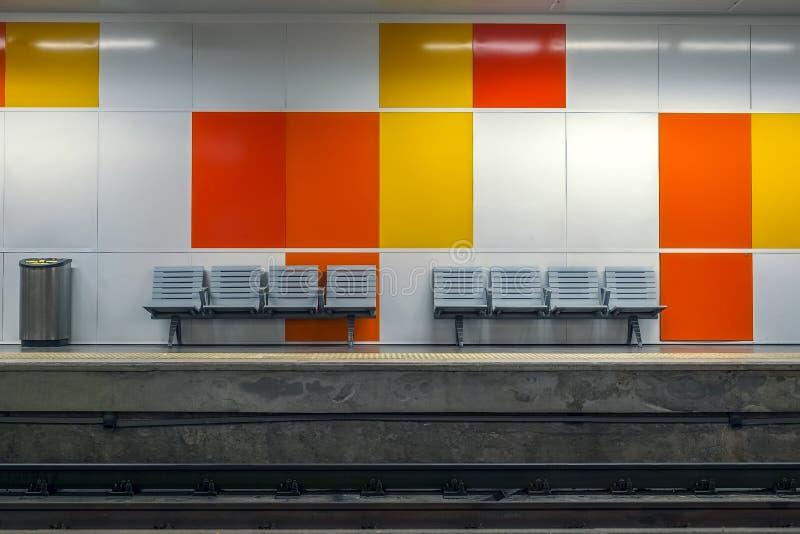Άδειες θέσεις στο σταθμό μετρό στοκ εικόνα