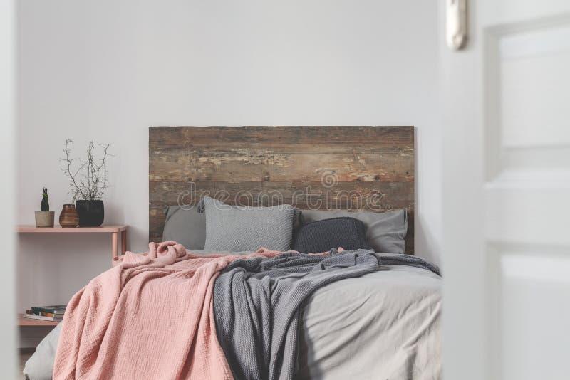 Άδειος λευκός τοίχος του εσωτερικού της κόκκινης κρεβατοκάμαρας στοκ φωτογραφίες με δικαίωμα ελεύθερης χρήσης